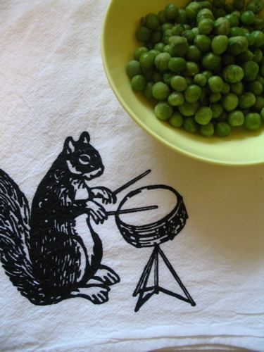 Squirrel_and_peas