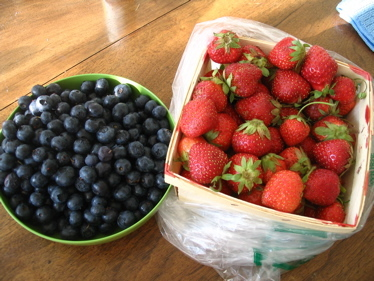 Strawberries_and_blueberries