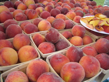 Farmers_market_peaches_1