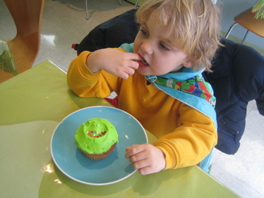 Green_cupcake_at_angel_food_bakery