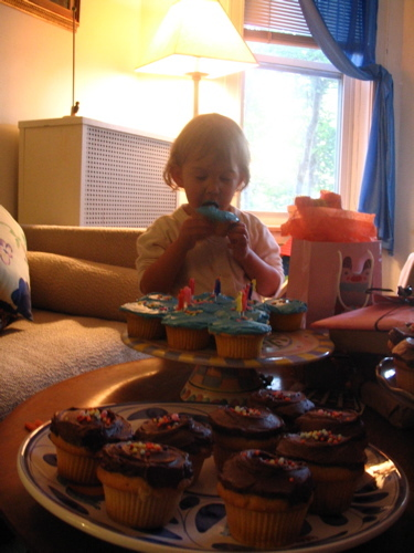 Sophia_and_blue_cupcakes_1